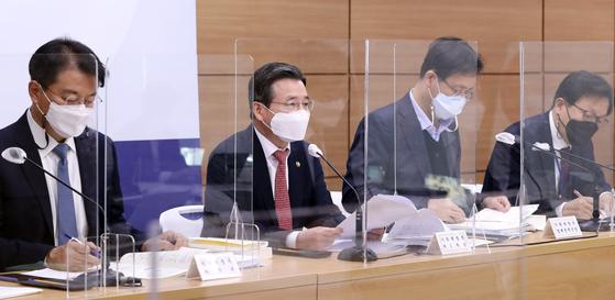지난해 12월 김용범 당시 기획재정부 1차관(왼쪽에서 둘째)이 정부세종청사에서 '2021년 경제 정책 방향' 브리핑을 하고 있다. [뉴스1]