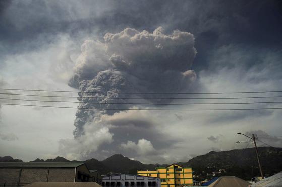 구름이 아니다. 카리브해의 섬나라 세인트빈센트 그레나딘의 수프리에르 화산에서 뿜어져 나오는 연기와 재다. 지난 9일 폭발하는 장면이다. 로이터=연합뉴스