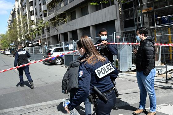 12일(현지시간) 총격이 발생한 프랑스 파리 16구의 앙리 뒤낭 병원 인근을 경찰이 수색중이다. AFP=연합뉴스