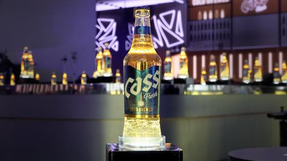 오비맥주가 지난달 새롭게 출시한 올 뉴 카스. 병 한가운데 온도계 모양의 센서가 적정 맥주 온도를 알려준다. 사진 오비맥주