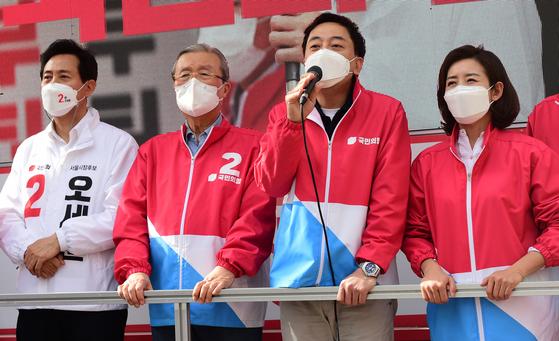 금태섭 무소속 전 의원(왼쪽에서 세 번째)이 1일 서울 노원구 경춘선숲길을 찾아 오세훈 서울시장 후보 지지를 호소하고 있다. 오종택 기자