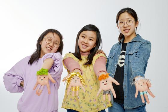 왼쪽부터 조하나 학생모델·노윤채·추유진 학생기자가 손가락 춤 전문 크리에이터 '소니토비'의 손 분장을 따라한 뒤 포즈를 취했다.