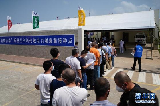 지난 5일 스리랑카 콜롬보 항구에 설치된 중국 '춘묘행동' 접종소에 중국 교민이 중국산 백신을 맞기 위해 줄을 서고 있다. [사진=신화사]