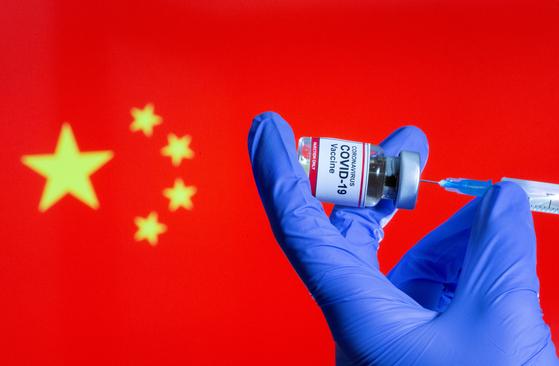 중국 보건당국이 자국산 백신의 효능이 낮다는 점을 처음으로 인정해 파문이 일고 있다. [로이터=연합뉴스]