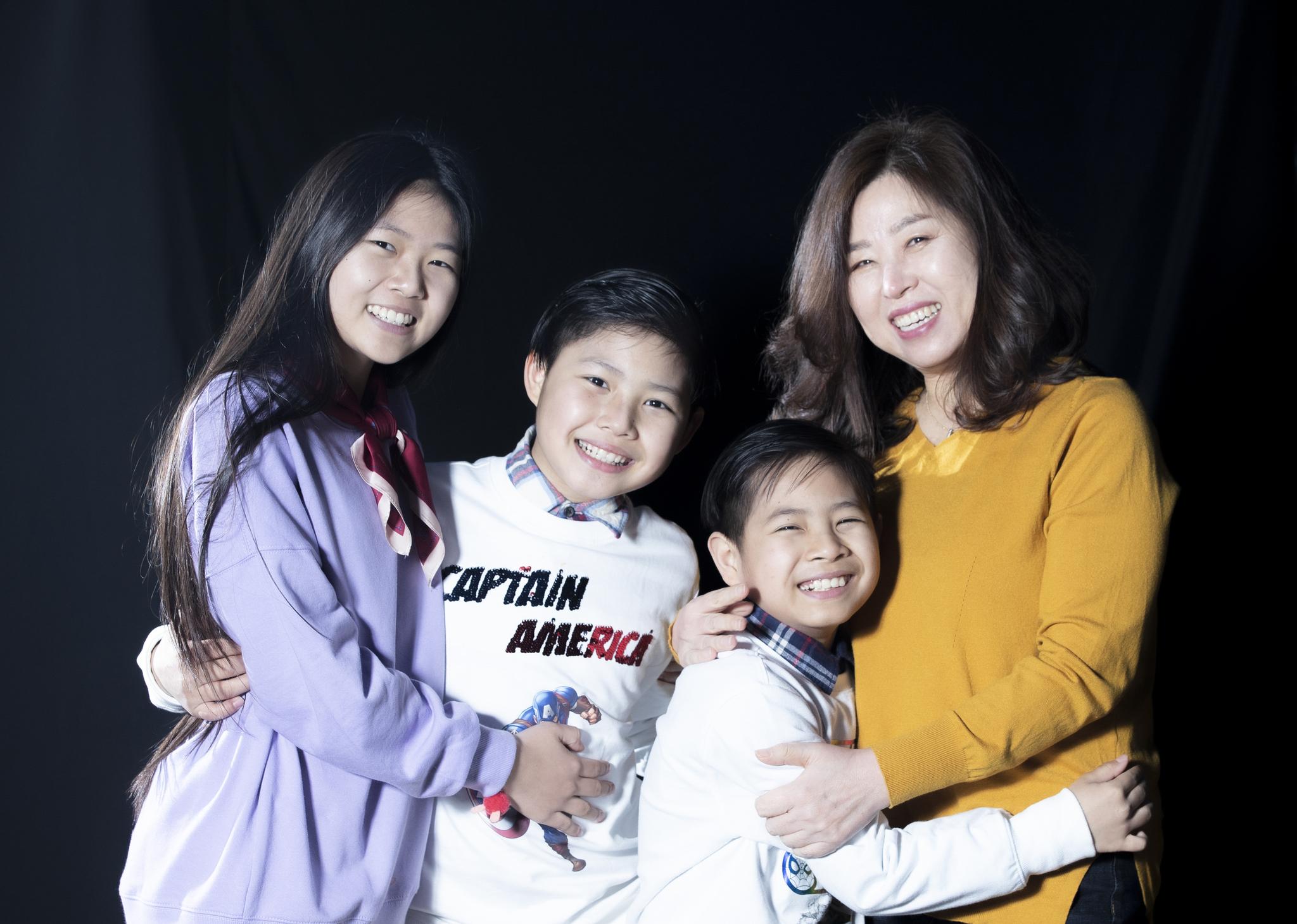 미얀마 소녀 가수 완이화(왼쪽)가 매니저 겸 엄마 역할을 해주는 이경자씨 와 '가족 사진'을 찍었다. 둘째 수파산(왼쪽 둘째)은 드럼을, 셋째 나타콘은 기타를 배울 계획이다. 권혁재 기자