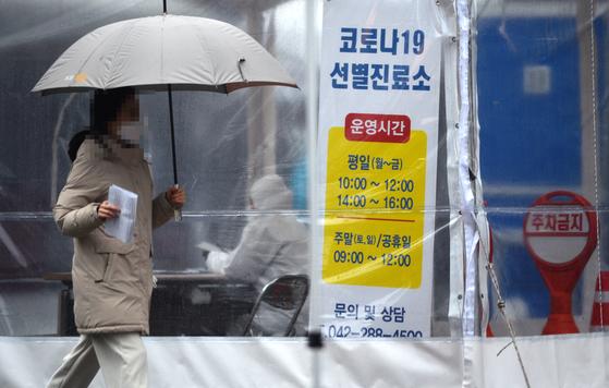 신종 코로나바이러스 감염증(코로나19)이 확산하고 있는 가운데 봄비가 내린 1일 대전의 한 보건소 코로나19 선별진료소에서 의료진들이 방문한 시민들을 분주히 검사하고 있다. 김성태 프리랜서