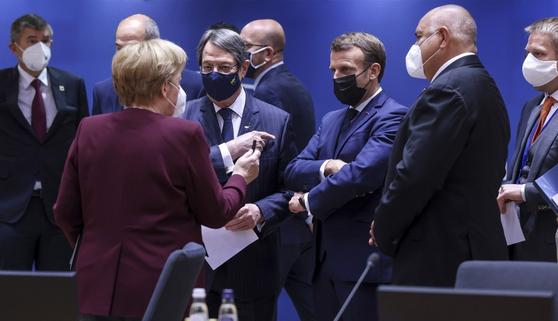 """앙겔라 메르켈 독일 총리와 에마뉘엘 마크롱 프랑스 대통령 등 EU 정상들이 지난해 열린 벨기에 브뤼셀에서 열린 EU 정상회의에서 대화를 나누고 있다. 11일(현지시간) 영국 일간 가디언은 """"백신 확보 문제로 EU의 결집력이 약해지고 있다""""고 전했다. [AP=연합뉴스]"""