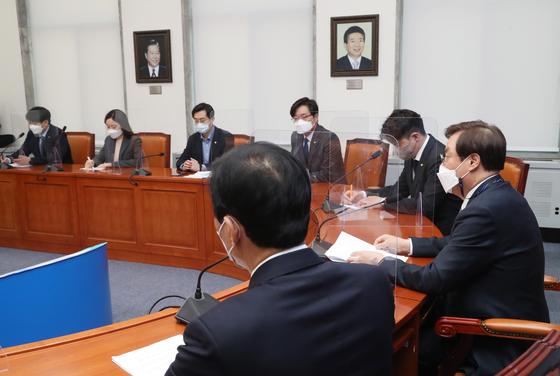 지난 9일 도종환 더불어민주당 비상대책위원장(오른쪽)이 서울 여의도 국회에서 4·7 재·보선 참패에 대한 자성론이 담긴 '2030 의원 입장문'을 발표한 민주당 초선 의원들과 간담회를 하고 있다. 왼쪽부터 시계방향으로 전용기·이소영·장경태·장철민·오영환 의원. [국회사진기자단]