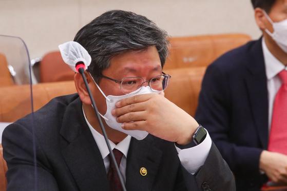 이용구 법무부 차관이 지난 2월 국회에서 열린 법제사법위원회 전체회의에 참석해 생각에 잠겨있다. 중앙포토