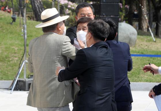 편향 논란 김원웅 광복회장, 광복회원에 멱살 잡혔다