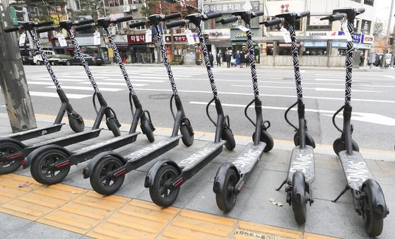 전동킥보드 등 개인형 이동장치(PM) 규제를 완화하는 방향의 개정 도로교통법 시행을 하루 앞둔 지난해 12월 9일 서울 을지로3가에 공유 전동킥보드가 세워져 있다. 뉴시스