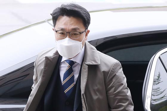 김진욱 고위공직자범죄수사처(공수처) 처장이 12일 오전 경기 정부과천청사 공수처로 출근하고 있다. 뉴스1