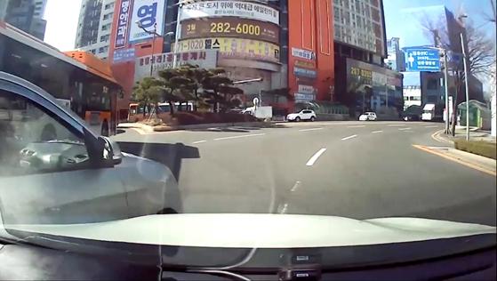 로터리에서 고의로 교통사고를 내는 장면. 가해 차량 블랙박스 영상 캡쳐. 사진 양산경찰서