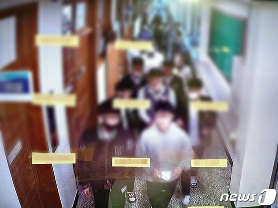 대전의 고등학교 일부 학생들이 복도에서 마스크 착용을 제대로 하지 않은 CCTV 화면 모습(대전시 제공). 뉴스1