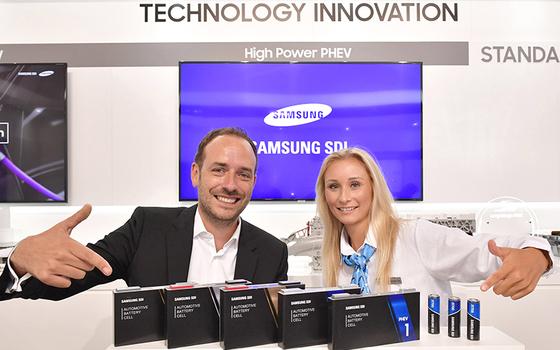 2019년 독일 프랑크푸르트 모터쇼에 출품한 삼성SDI의 각형 배터리(왼쪽)와 원통형 배터리. [사진 삼성SDI]