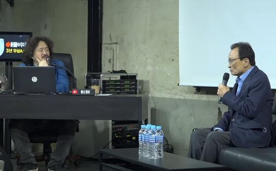 """이해찬 전 더불어민주당 대표(오른쪽)가 3월19일 '김어준의 다스뵈이다'에 출연해 """"LH사건 때문에 위축될 필요가 없다""""고 주장하고 있다.                                 [유튜브 캡처]"""