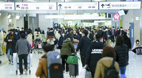 지난해 제주도를 찾은 한국인 관광객의 평균 체류일은 4.17일에 달했다. 지난 2월 제주공항 국내선 출발 대합실의 풍경. 연합뉴스