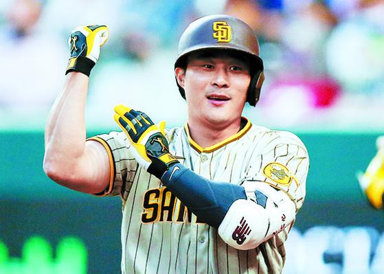 샌디에이고 파드리스 김하성이 텍사스 레인저스전에서 MLB 첫 홈런을 친 뒤, 왼손으로 오른팔 근육을 두드리는 세리머니를 펼치고 있다. [AP=연합뉴스]