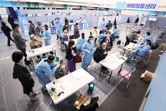 지난 8일 서울 송파구 예방접종센터에서 만 75세 이상 어르신들이 코로나19 화이자 백신 접종에 앞서 문진표를 작성하고 있다. 뉴스1