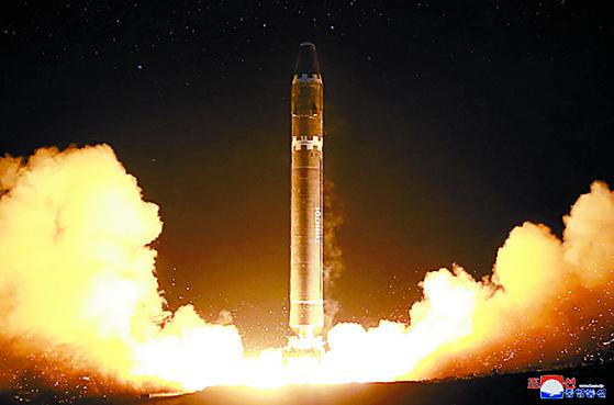 2017년 11월 29일 북한이 시험발사에 성공한 대륙간탄도미사일(ICBM) 화성-15형. 북한은 이후 핵무력을 완성했다고 선언했다.  조선중앙통신