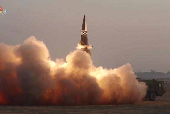 북한이 지난달 25일 새로 개발한 신형전술유도탄 시험발사를 진행했다며 탄도미사일 발사를 공식 확인했다. 조선중앙TV=연합뉴스