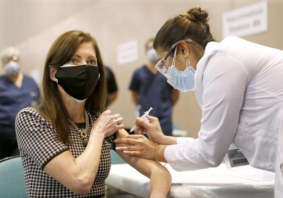 10일(현지시간) 미국 뉴저지주의 아틀랜틱시티에서 의료진이 신종 코로나바이러스 감염증(코로나19) 백신을 접종하고 있다.[AP=연합뉴스]
