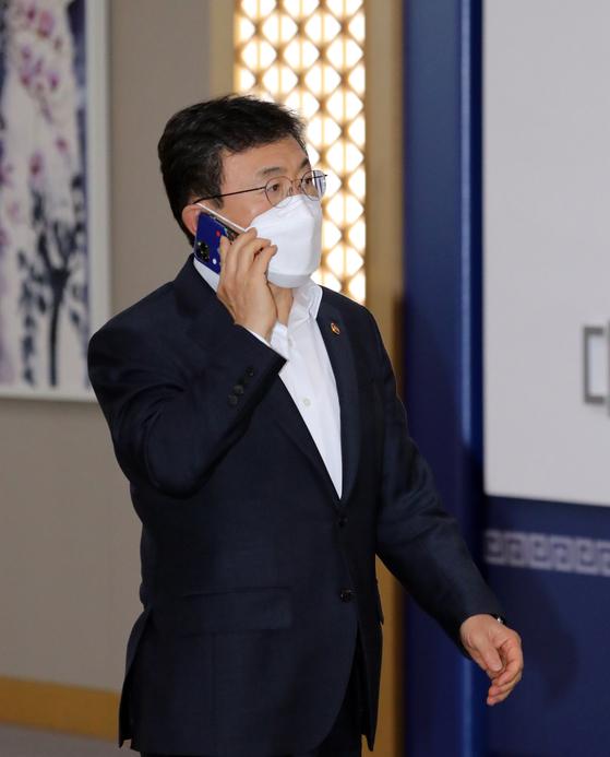 권덕철 보건복지부 장관이 13일 정부세종청사에서 열린 청와대-세종청사 영상 국무회의에 참석하고 있다. 뉴스1