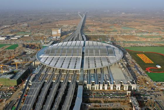 드론으로 촬영한 베이징에서 허베이(河北) 슝안신구를 연결하는 베이징-슝안 도시철도의 슝안역 전경. ⓒ신화통신