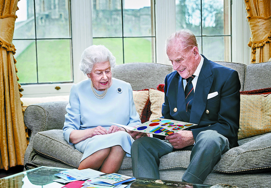 """엘리자베스 2세 영국 여왕은 필립 공의 은퇴 뒤 """"그가 특별한 유머감각으로 나를 지지해줬다""""고 고마움을 표했다. AP=연합뉴스"""
