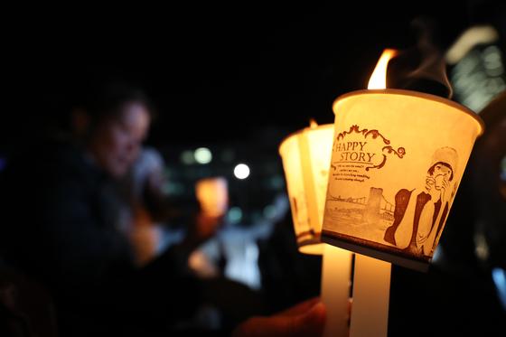 촛불집회 2주년 기념행사 '나의 촛불'에서 참가자들이 촛불을 들고 있다. 연합뉴스