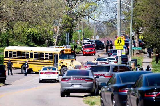12일(현지시간) 경찰이 총격 사건이 발생한 미국 테네시주 녹스빌의 오스틴-이스트 마그넷 고등학교에 모여 있다. 로이터=연합뉴스