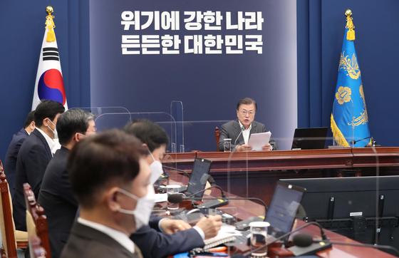 문재인 대통령이 12일 오후 청와대 여민관에서 열린 '코로나19 대응 특별방역 점검 회의'에서 발언하고 있다. 청와대사진기자단