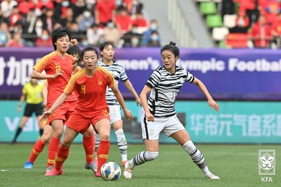 중국 선수와 볼 경합하는 여자축구대표팀 공격수 최유리(오른쪽). [사진 대한축구협회]