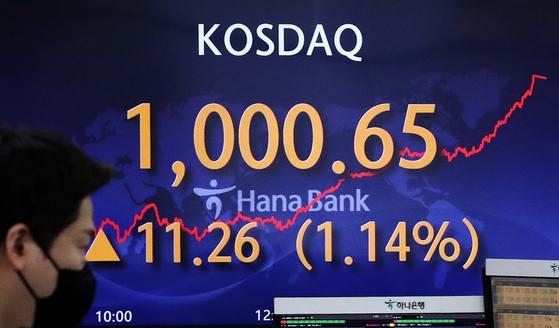 12일 오후 서울 중구 하나은행 딜링룸 전광판에 코스닥 지수가 전날보다 11.26포인트 상승한 1000.65를 나타내고 있다. [뉴스1]
