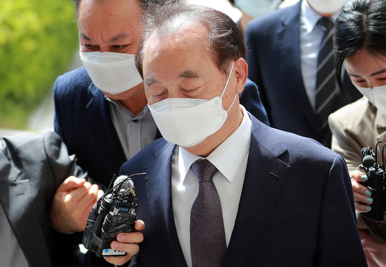 구속영장 실질심사 참석하기 위해 법원에 도착한 오거돈 전 부산시장 모습. 송봉근 기자