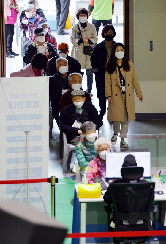 13일 대전 유성구 신종 코로나바이러스 감염증(코로나19) 예방접종센터를 찾은 어르신들이 화이자 백신을 접종받기위해 차례를 기다리고 있다. 김성태
