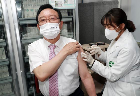 지난 1일 오후 울산 남구보건소에서 송철호 울산시장이 아스트라제네카 백신을 접종하고 있다. 사진 울산시.