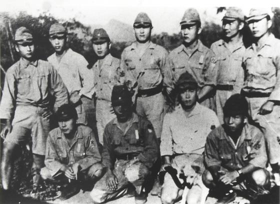 태국 전선에 파견된 조선인 포로감시원들. 맨 왼쪽이 이학래씨.