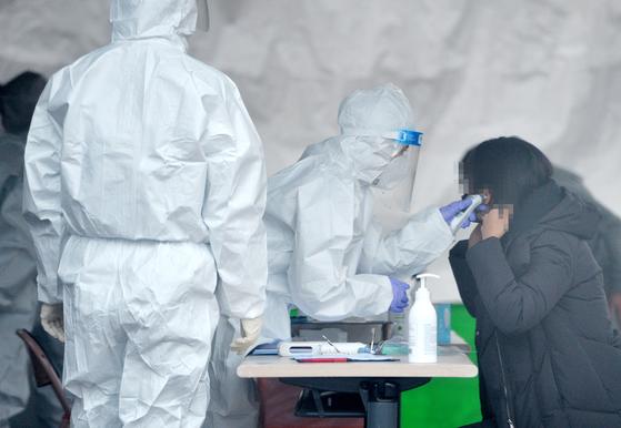 코로나19 선별진료소에서 의료진들이 시민들을 검사하고 있다. 프리랜서 김성태