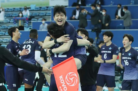 2차전 승리를 결정지은 뒤 환호하는 대한항공 선수들. [연합뉴스]