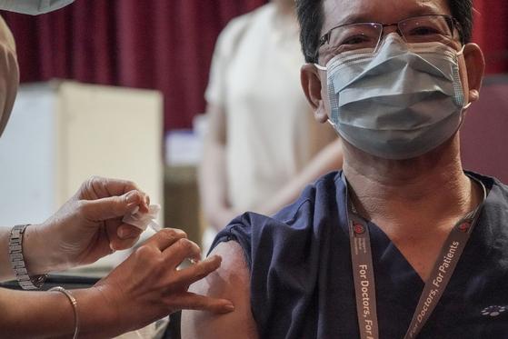 싱가포르에서 화이자 코로나19 백신 접종이 이뤄지고 있다. [EPA=연합뉴스]