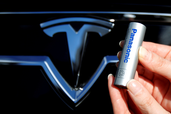 FILE PHOTO: A Panasonic Corp's lithium-ion battery is pictured with the Tesla Motors logo during a photo opportunity at the Panasonic Center in Tokyo, Japan, November 19, 2013. REUTERS/Yuya Shino  〈저작권자(c) 연합뉴스, 무단 전재-재배포 금지〉