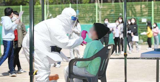 지난 7일 오전 울산 남구 한 초등학교 근처 테니스장에 마련된 임시 선별진료소에서 학생과 교사 등 170여명을 대상으로 신종 코로나바이러스 감염증(코로나19) 전수검사가 이뤄지고 있다. 뉴스1