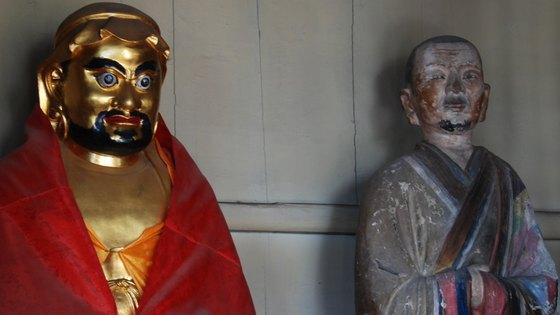 소림사의 입설정에는 달마 대사(왼쪽)와 제자 혜가의 상이 모셔져 있다. 혜가의 상을 자세히 보면 잘린 왼팔은 소매에 가려 보이지 않는다.