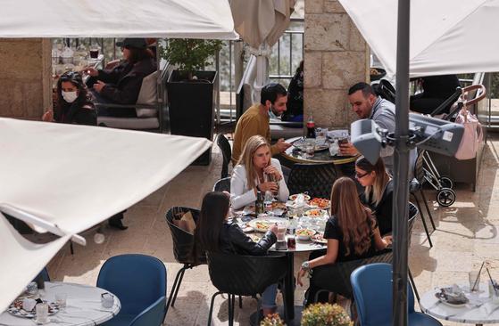 카페에서 식사 중인 이스라엘 사람들. [AFP=연합뉴스]