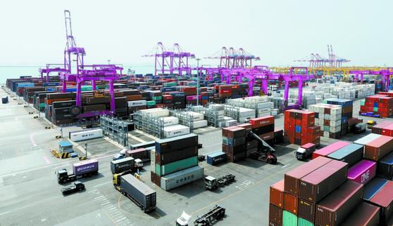 지난 3월 컨테이너 선적 작업 중인 인천 연수구 인천신항. 뉴스1