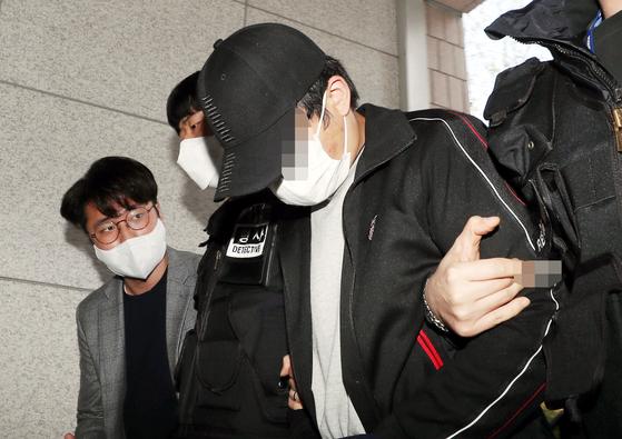 유흥주점 60대 여성 업주가 숨진 채 발견되기 전 성폭행한 혐의를 받는 중국인 A씨가 지난 13일 오후 구속 전 피의자심문(영장실질심사)을 받기 위해 인천시 미추홀구 인천지방법원에 들어서고 있다. 연합뉴스