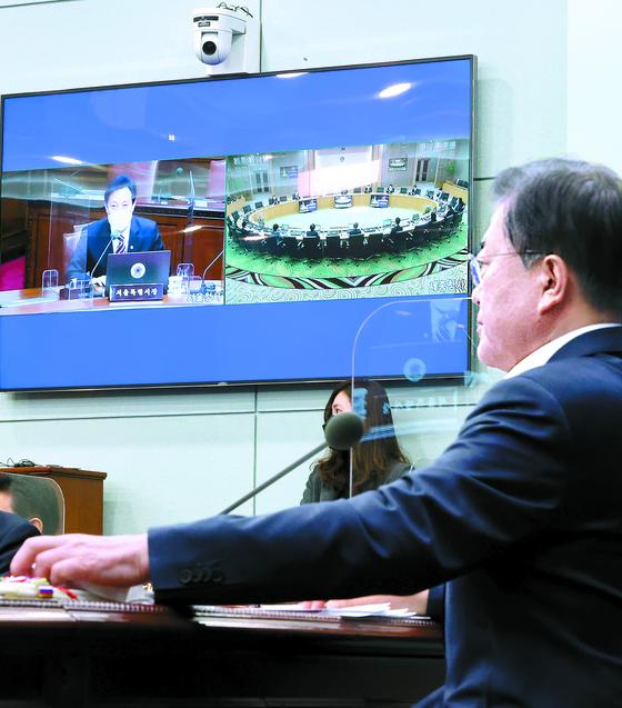 문재인 대통령이 13일 오전 청와대에서 국무회의를 주재하고 있다. 이날 오세훈 서울시장(모니터 왼쪽 화면)이 보궐선거 당선 후 처음으로 화상으로 연결돼 참석했다. [연합뉴스]