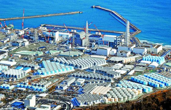 지난 1월 하늘에서 본 일본 후쿠시마 제1 원전에서 125만t의 오염수를 보관한 저장탱크 1050기의 일부가 보인다. 2011년 3월 동일본 대지진 이후 빗물·지하수 유입으로 하루 평균 140t의 오염수가 발생해 내년 가을께 저장 공간이 꽉 찰 것으로 예상된다. 오염수는 어민 반대와 안전 우려로 지난 몇 년간 쌓여 왔는데, 일본 정부는 13일 이를 바다에 배출하기로 결정해 인접한 한국과 중국이 반발하고 있다. [AP=연합뉴스
