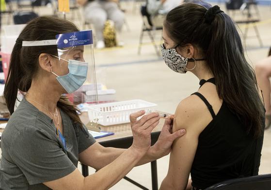 지난8일(현지시간) 미국 켄터키에서 얀센 백신을 접종하는 의료진. [AP=연합뉴스]